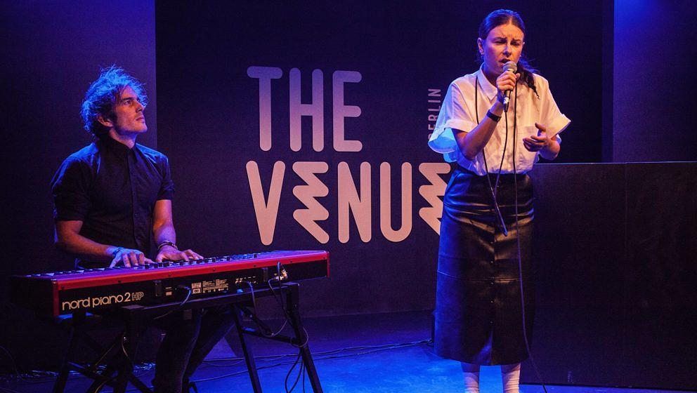 Balbina auf der Bühne von The Venue Berlin