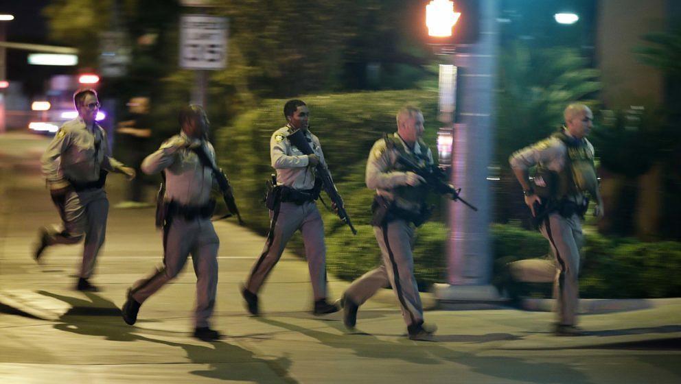 Bewaffnete Polizisten eilen zum Tatort am Sunset Strip in Las Vegas