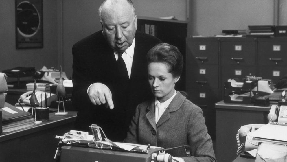 """1964: Alfred Hitchcock mit Tippi Hedren am Set von """"Marnie"""""""