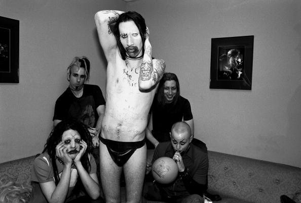 Marilyn Manson im Jahr 1995. Gründungsmitglied und Gitarrist Scott Putesky (hinten rechts) ist im Alter von 49 Jahren verstorben.
