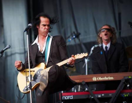Nick Cave and the Bad Seeds auf dem Glastonbury Festival 2009: Nick Cave (l.) und Conway Savage (r.)