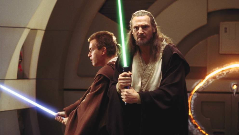 """""""Die dunkle Bedrohung"""" (1999) Der Spezialeffekte-Oscar als Gradmesser: Die statische, wie ein 1940er-Drama inszenierte """"Bedrohung"""" hatte bei der Academy gegen das Schwerkraft aussetzende """"Matrix"""" keine Chance. Lucas entzauberte sein Erbe, versuchte die Jedis mit Wissenschaft (Zellkörper machen uns zu Zauberern) statt mit Magie zu erklären, und das Märchen Gut gegen Böse mit Politik: Steuerkriege führen zum Aufstieg des Imperiums. 16Jahre kein """"Star Wars"""", dann so was. ★★★"""