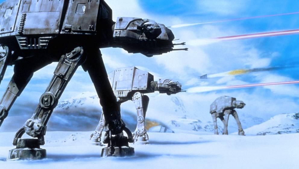 """""""Das Imperium schlägt zurück"""" (1980) """"Ich bin dein Vater!"""" Hätte es das Internet gegeben, dies wäre der größte Spoiler aller Zeiten. """"Imperium"""" begründete das Prinzip des """"dunkleren"""" zweiten Films einer Reihe– auch weil Han Solos Überleben ungewiss schien, Harrison Ford zögerte, in der Rolle weiterzumachen. Die Riesenroboter AT-AT sicherten sich den größten """"Wahnsinn!""""-Moment aller """"Star Wars""""-Werke. Dieses kommt im Gegensatz zu allen anderen Episoden ohne Raumschiff-Finalschlacht aus. ★★★★★"""