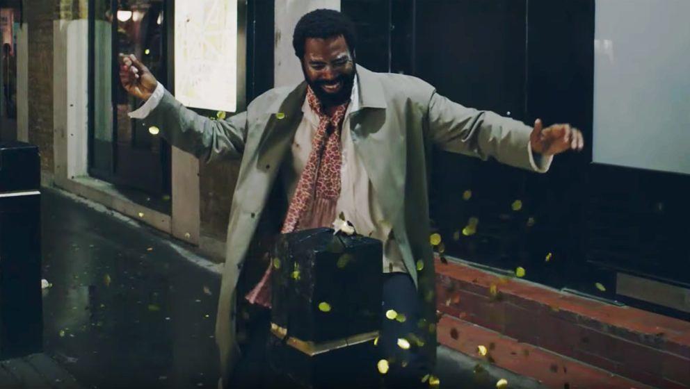 "Szene aus dem Video zu ""Mopping Forwards"""