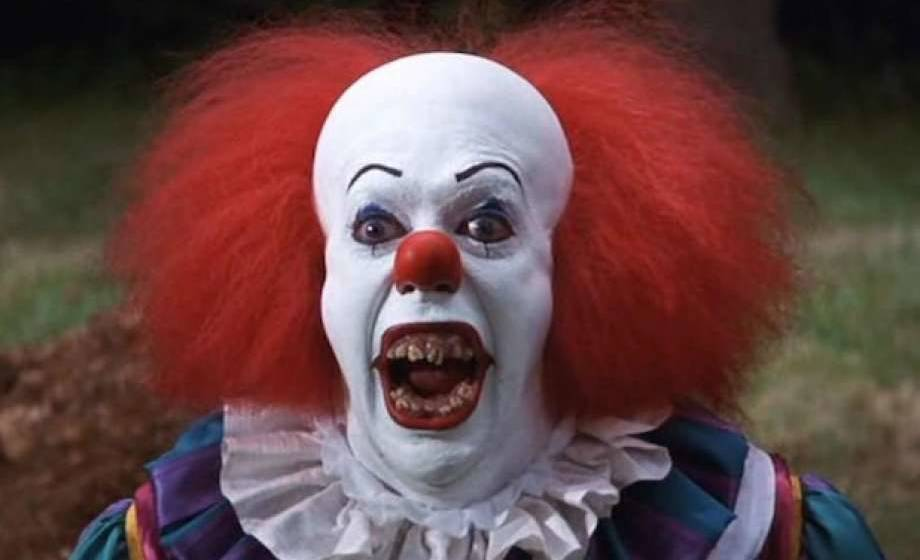 "In ""ES"" verkörpert Clown Pennywise (Tim Curry) das Böse."