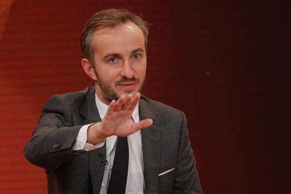 Jan Böhmermann muss nur einmal Halt sagen, dann springt zumindest die Deutsche Bahn