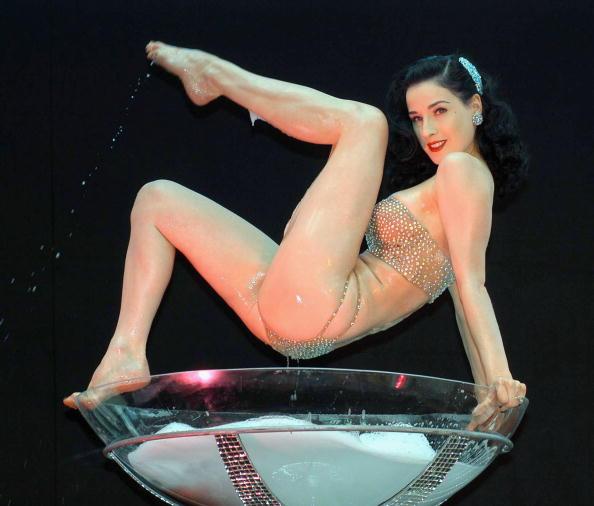 Ikonisch: Dita van Teese in einem überdimensionalen Martini-Glas.