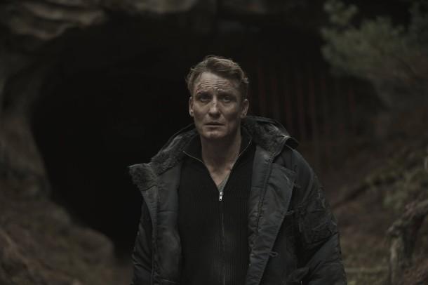 """Szene aus """"Dark"""": Polizist Ulrich Nielsen (Oliver Masucci) auf der Suche nach seinem Kind"""
