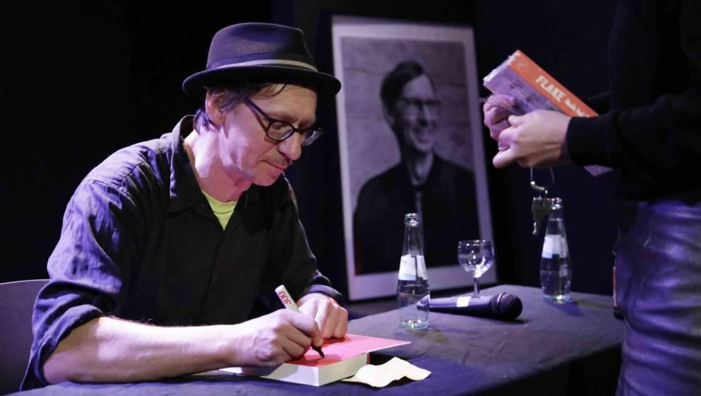 Wenn er nicht gerade mit Rammstein auf Tour ist, veranstaltet Flake regelmäßig Lesungen. Hier signiert er sein neuestes Buc