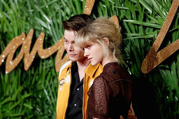 """Die Stars aus """"Stranger Things"""": Charlie Heaton und Natalia Dyer bei ihrem Debüt als Paar."""