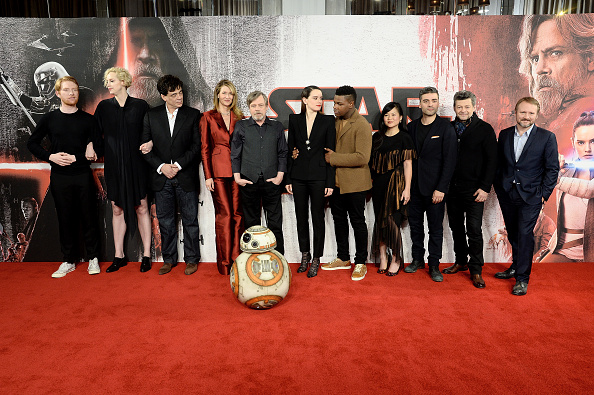 """Der Cast von """"Star Wars: Die letzten Jedi"""" im Dezember 2017 in London. Rian Johnson (r.) führte Regie."""