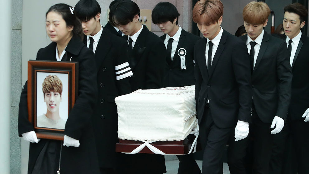 Mitglieder von SHINee und Super Junior tragen den Sarg mit dem Leichnam von Jonghyun
