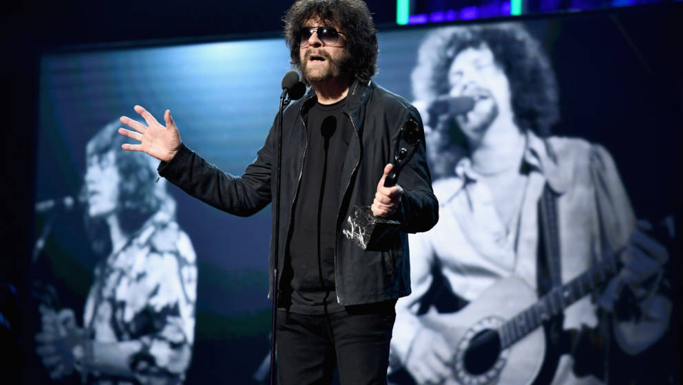 NEW YORK, NY - APRIL 07:  2017 Inductee Jeff Lynne of ELO speaks onstage at the 32nd Annual Rock & Roll Hall Of Fame Indu