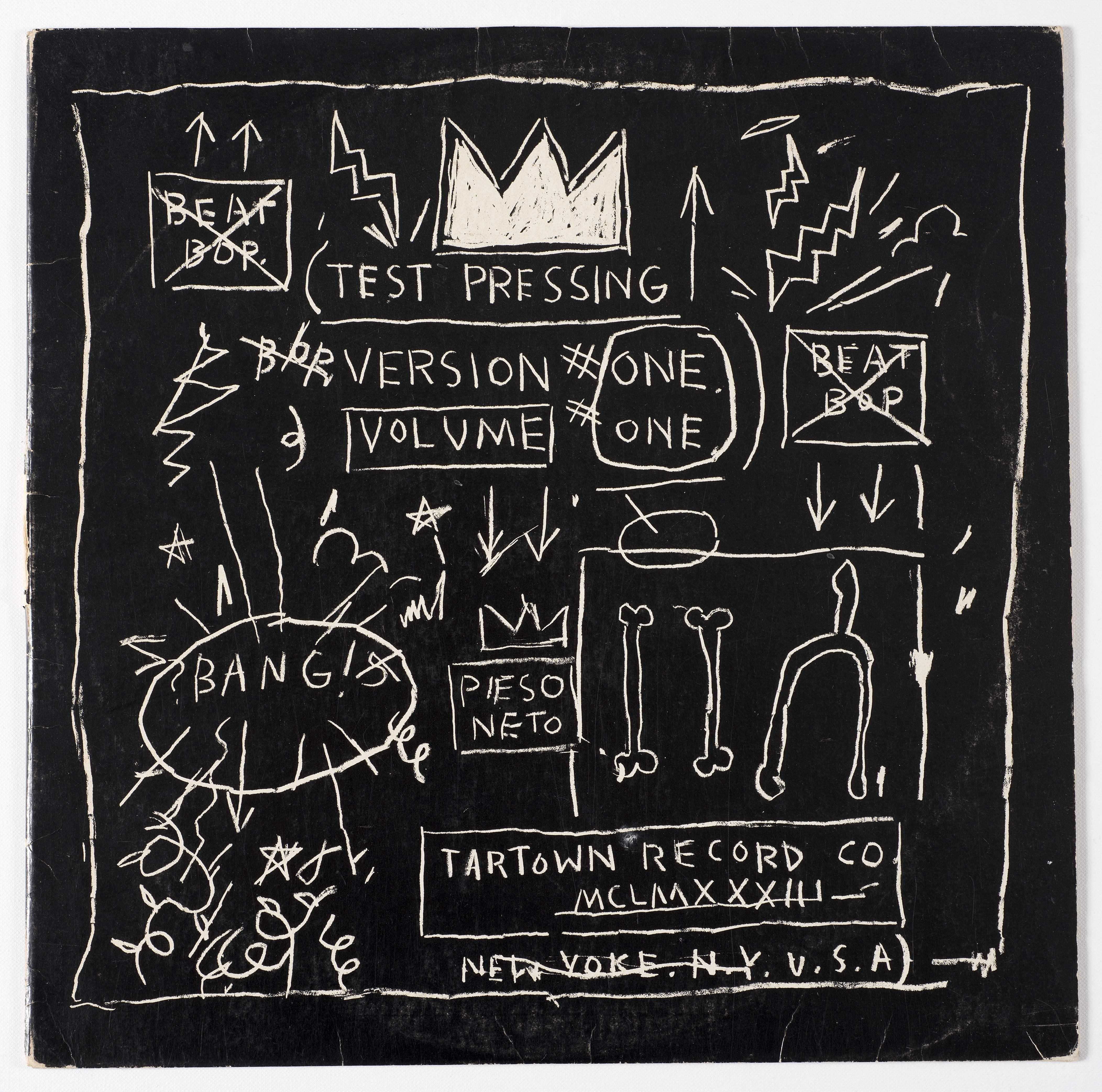 """hiphop-art Das von Basquiat gestaltete Cover zur 1983 selbst produzierten HipHop-Maxi """"Beat Bop"""". Rechts: Der Künstler– mit Signature-Dreadlockfrisur– im selben Jahr in seinem Atelier. Bei der Arbeit hörte er gern Jazz, manchmal tanzte er dazu"""