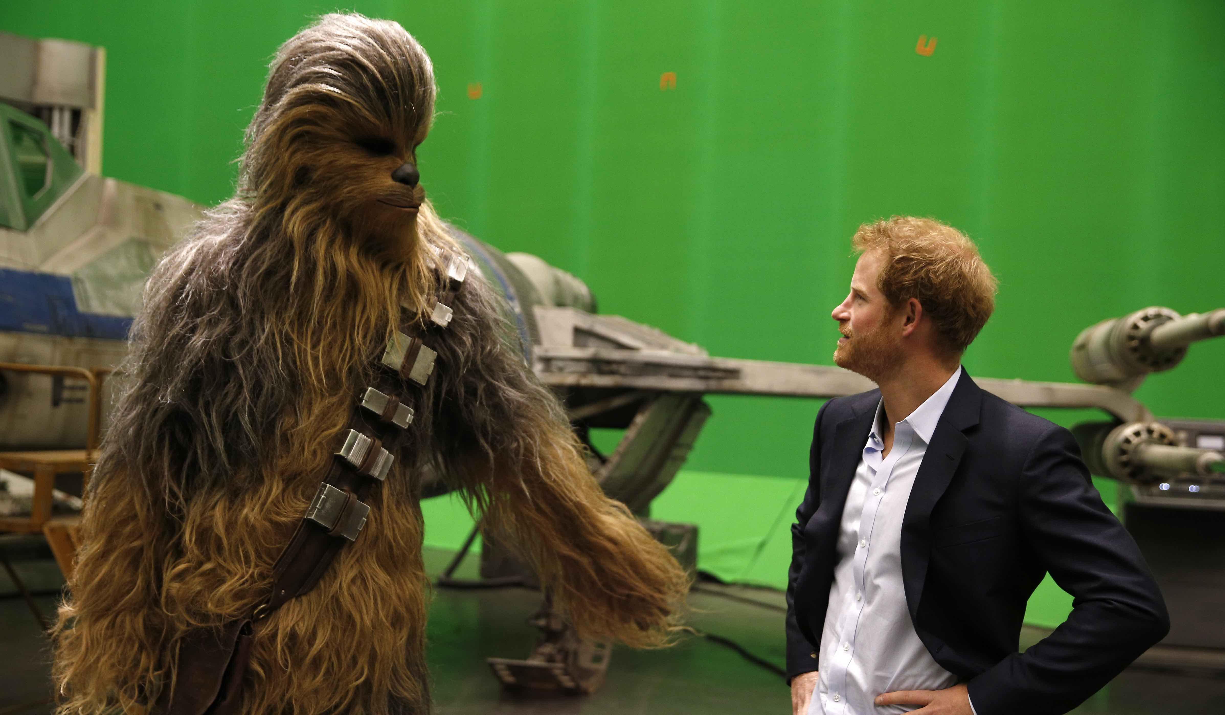 Prinz Harry lernt Chewbacca kennen