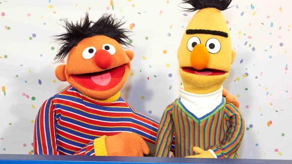 ARCHIV-  07.01.201, Hamburg:  Ernie (l) und Bert. Christian Rode lieh seine Stimme vielen Weltstars, darunter auch Bert aus
