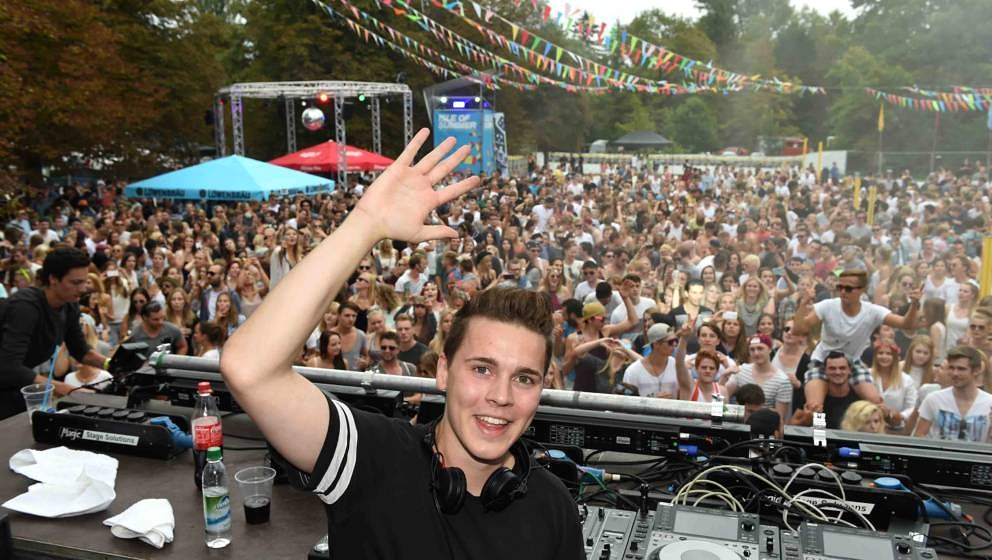 OBERSCHLEISSHEIM, GERMANY - AUGUST 01:  Dj Felix Jaehn  performs during the 'Isle OF Summer' festival on August 1, 2015 in Ob