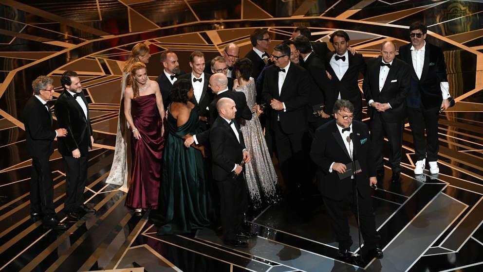 Oscar für 'Shape Of Water': Auf der Bühne Produzent J. Miles Dale (L), Regisseur Guillermo del Toround seine Crew