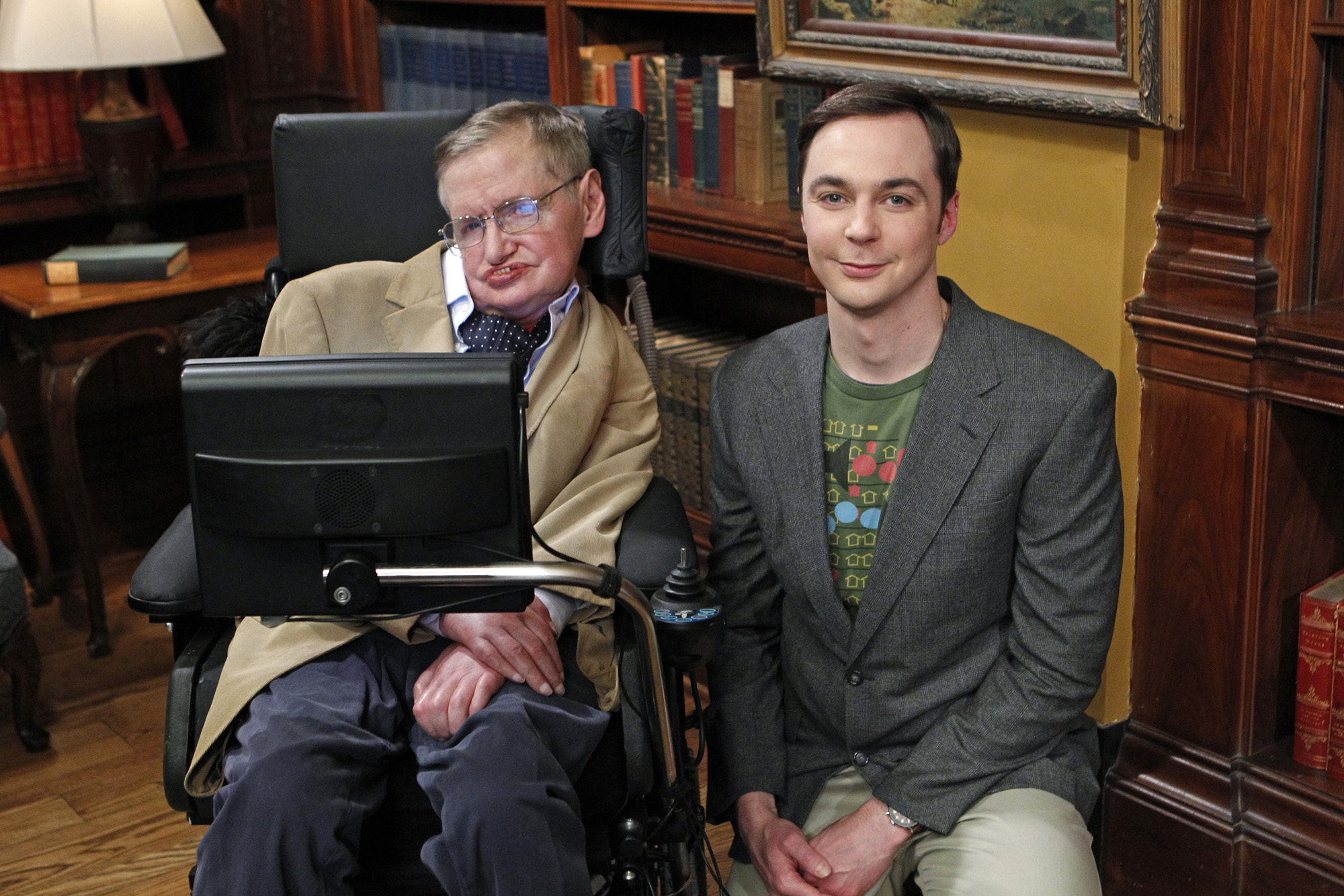 "Stephen Hawking mit Jim Parsons (Sheldon Cooper) in ""Big Bang Theory"""
