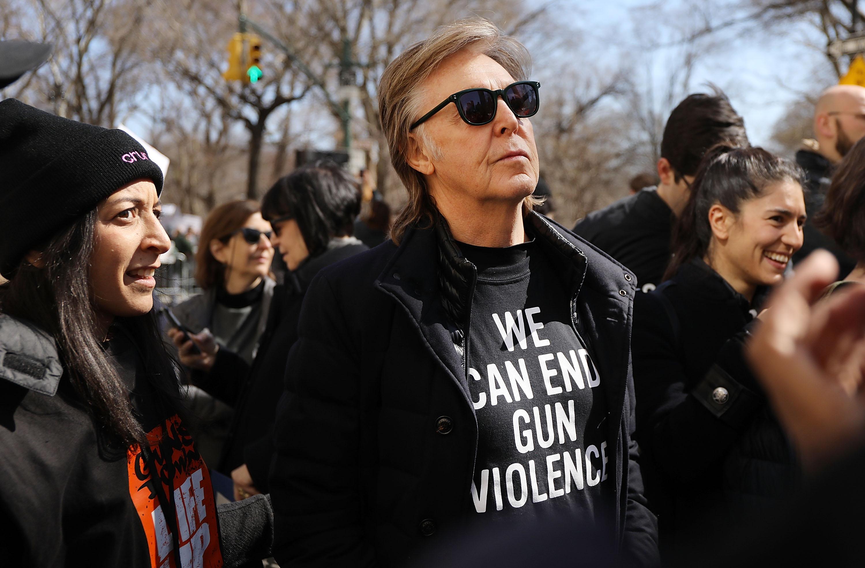 Paul McCartney zeigt Flagge und Shirt