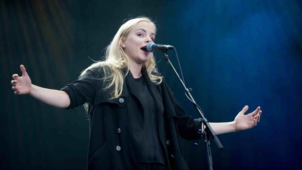 ARCHIV- Poetry-Slammerin Julia Engelmann steht am 26.08.2015 auf der Trabrennbahn Bahrenfeld in Hamburg auf der Bühne. Fot