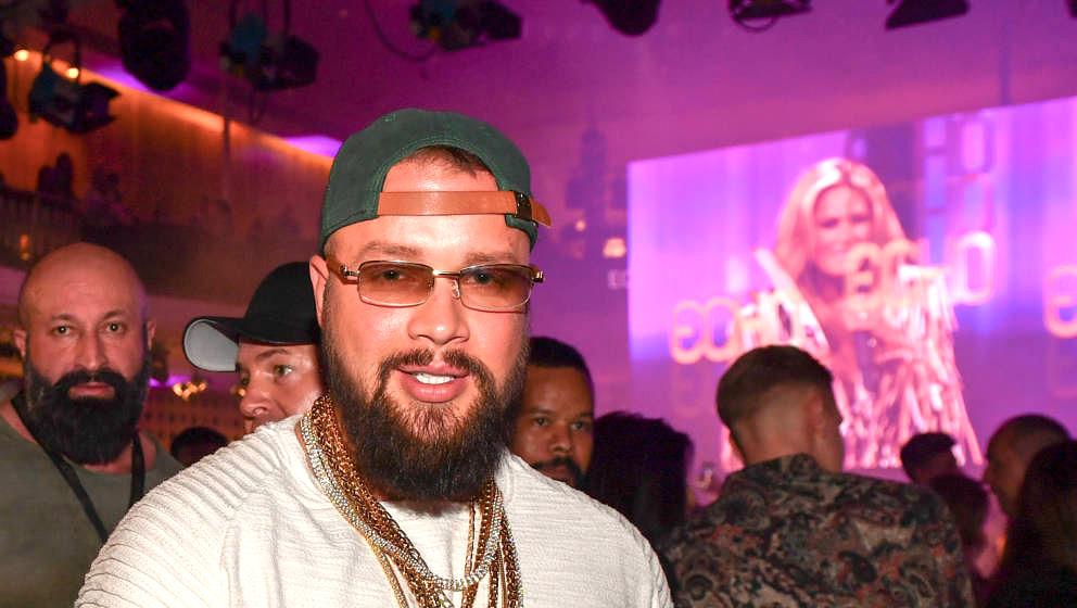 Der Rapper Kollegah feiert auf der Echo-Party seinen Triumph. Inzwischen ist der Preis bereits wieder zurückgegeben
