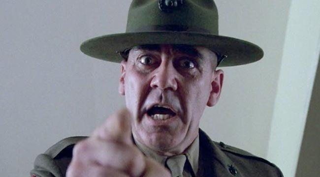 """R. Lee Ermy in seiner ikonischen Rolle als Gunnery Sergeant Hartman in """"Full Metal Jacket"""""""