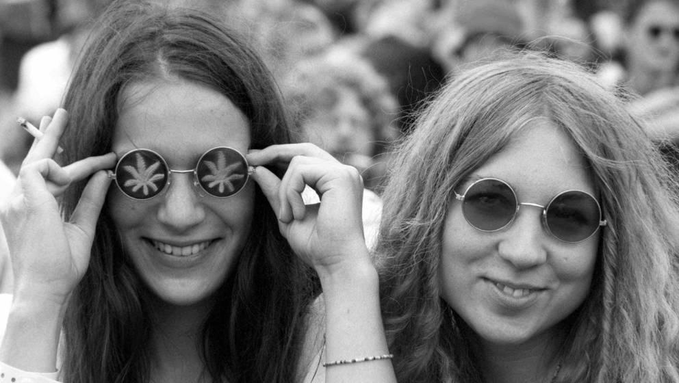 Zwei Hippie-Mädchen strahlen beim 'Burg Herzberg Open Air' am Samstag (18.07.1998) in Breitenbach (Kreis Hersfeld-Rotenburg)