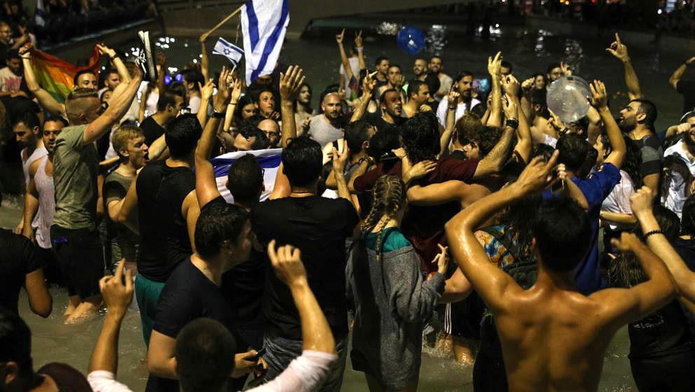 Tausende Israelis feiern Sängerin Netta in Tel Aviv