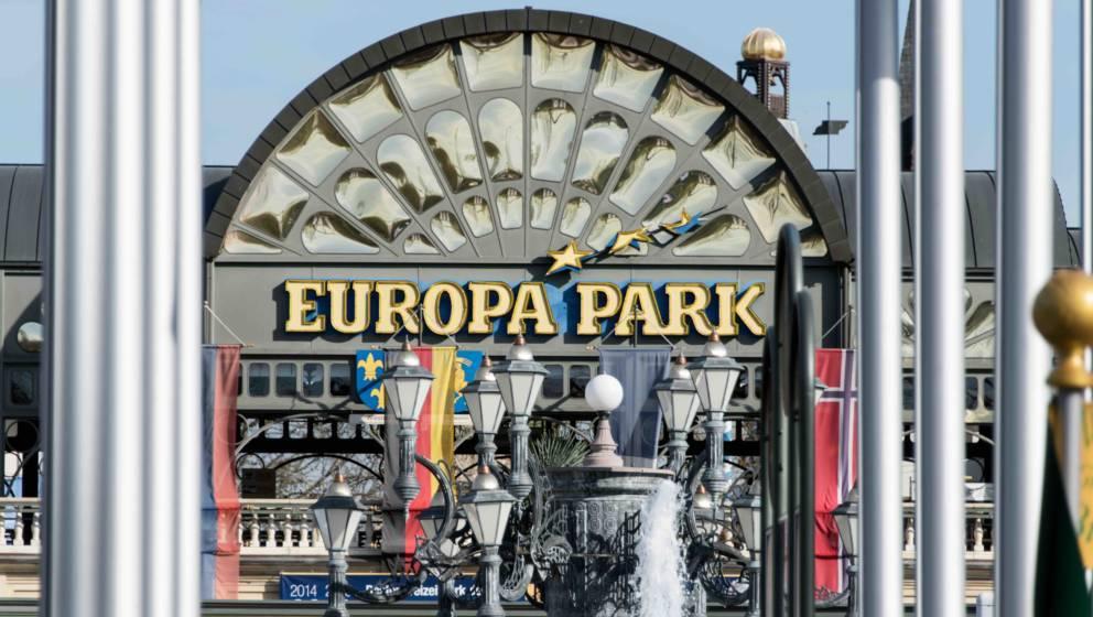 Der Haupteingang des Europa-Parks in Rust (Baden-Württemberg) ist am 30.03.2017 von Flaggen umrahmt. Der Freizeitpark hat in