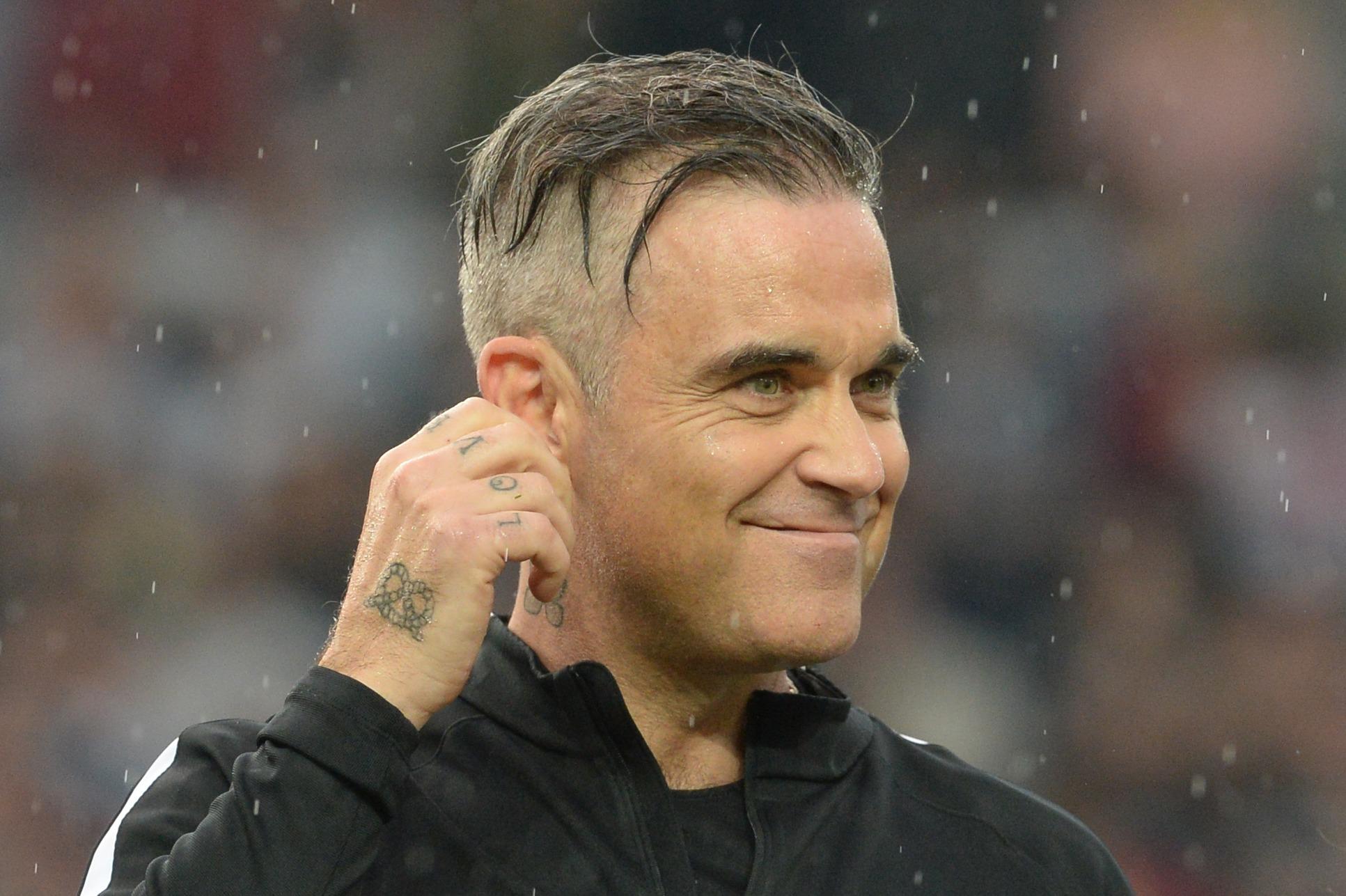 Möglicherweise siegt die Fußballbegeisterung bei Robbie Williams über die politischen Bedenken