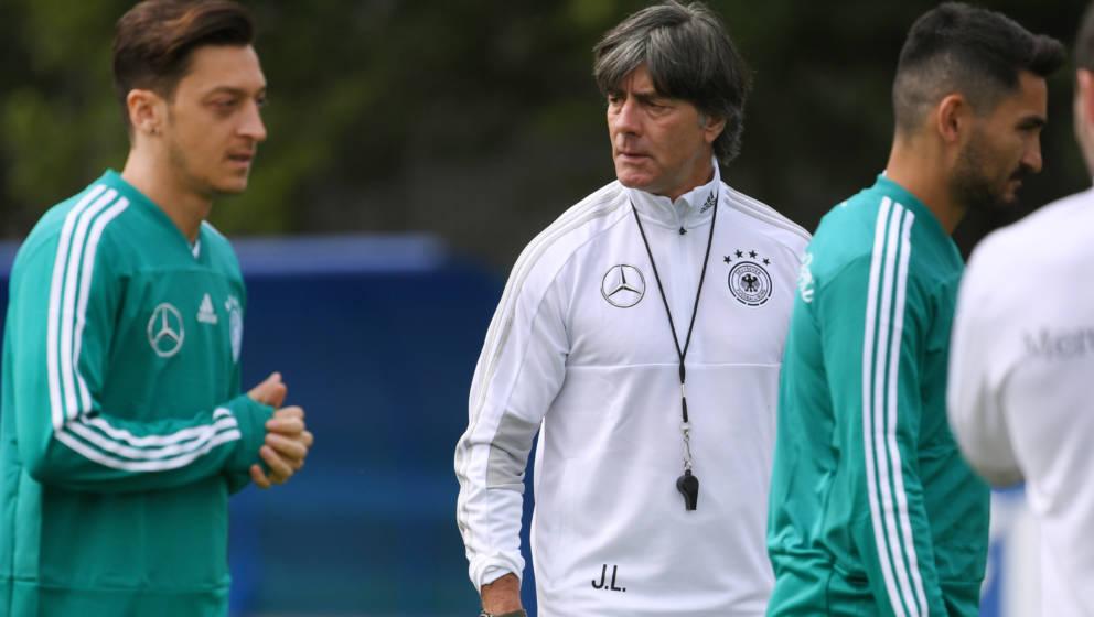 Hält die Stimmung: DFB-Trainer Löw und seine Sorgenkinder Özil und Gündogan