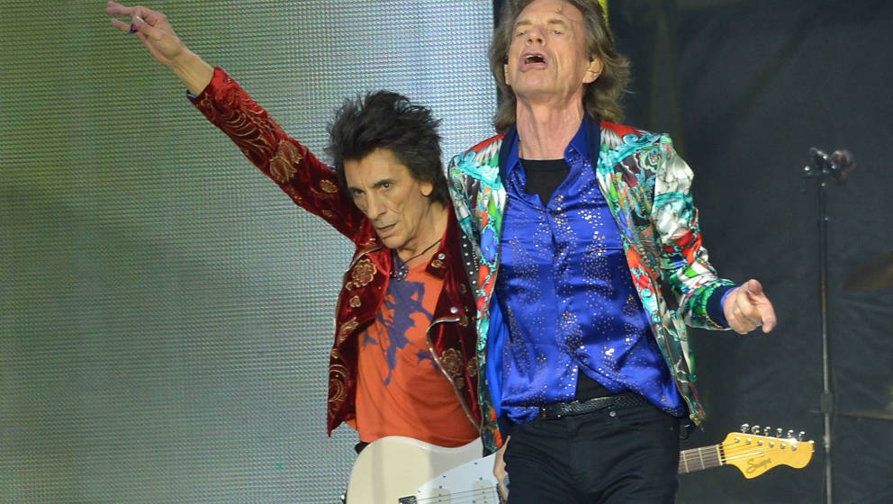 LONDON, ENGLAND - JUNE 19:  Sir Mick Jagger and Ronnie Wood of The Rolling Stones perform live on stage at Twickenham Stadium