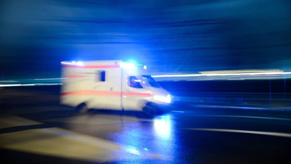 Ein Rettungswagen mit Blaulicht (Symbolbild)