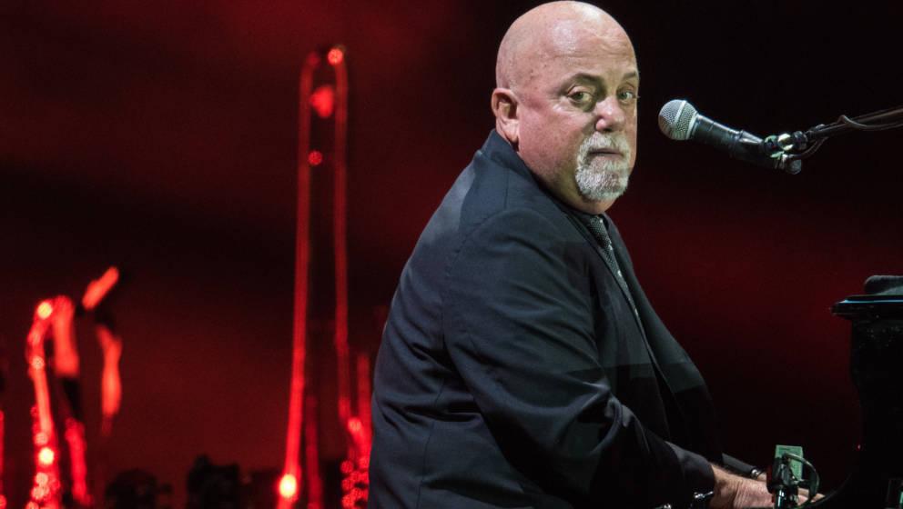 ARCHIV - 03.09.2016, Hessen, Frankfurt am Main:  Billy Joel singt  bei  einem   Konzert in der Commerzbank-Arena. Billy Joel