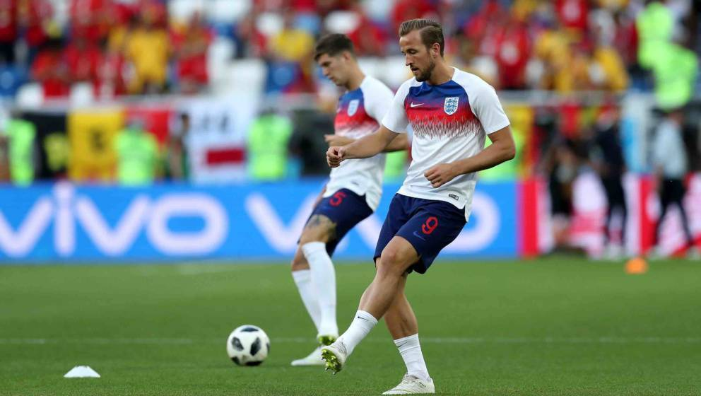 KALININGRAD, RUSSIA - JUNE 28:  Harry Kane of England passes the ball during a warm up prior to the 2018 FIFA World Cup Russi