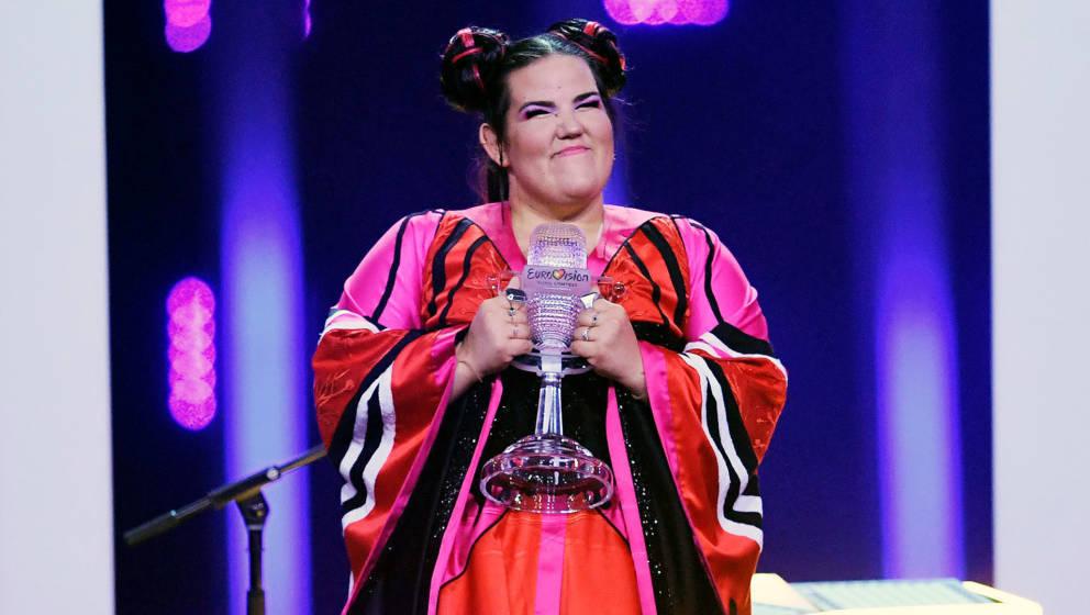 Sängerin Netta mit ihrer Siegertrophäe beim Eurovision Song Contest 2018
