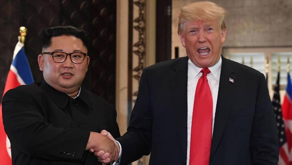 """Ein Versprechen ist ein Versprechen: Donald Trump ließ Kim Jong Un """"Rocket Man"""" von Elton John übergeben"""