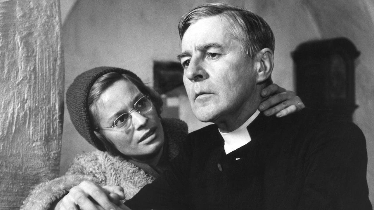 """Bergmans Figuren zweifeln an sich und der Welt. Sie haben aber auch die Fähigkeit, diese Zweifel in Worte zu fassen. Szene aus """"Licht im Winter"""""""