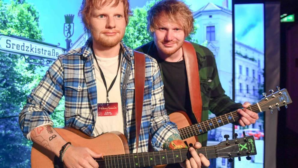 17 .07.2018, Berlin: Nico Eckl (r), Ed Sheeran Double, steht neben der Wachsfigur des britischen Sängers Ed Sheeran im Wachf
