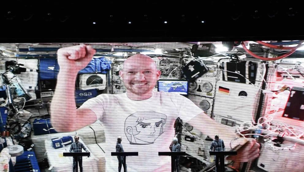Kraftwerk gibt ein Konzert auf demSchlossplatz. Als prominenter Gast hatte sich ISS-Astronaut Alexander Gerst zu dem Auftritt zuschalten lassen.