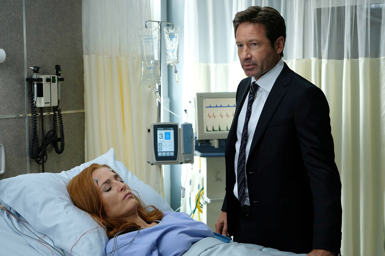 """Alles nur geträumt! Mulder am Krankenbett von Scully. Auch solche Szenen haben Fans von """"Akte X"""" schon viel zu oft gesehen."""