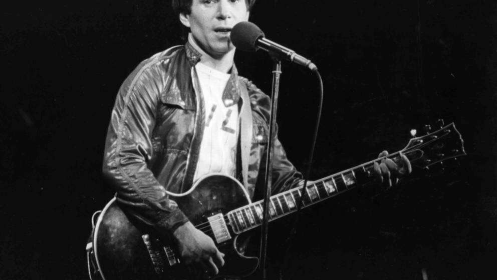 circa 1980:  American pop singer and songwriter Paul Simon performing in London, during a series of solo concerts with a back
