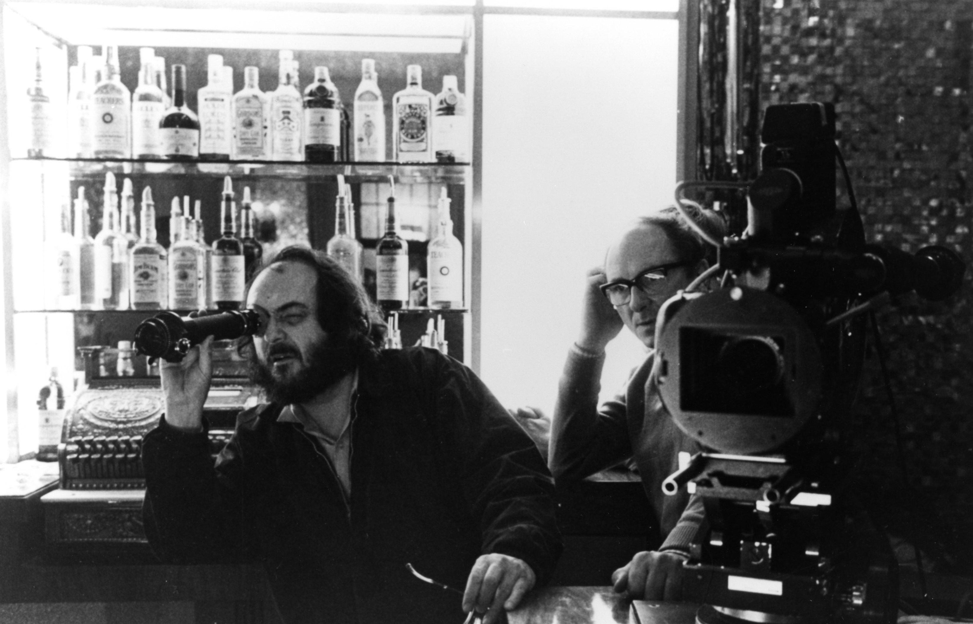 """Stanley Kubrick mit Kameramann John Alcott am Set von """"Shining"""""""