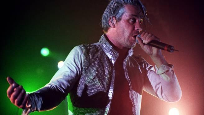 Rammstein bei einem Auftritt in Los Angeles im Jahr 1997