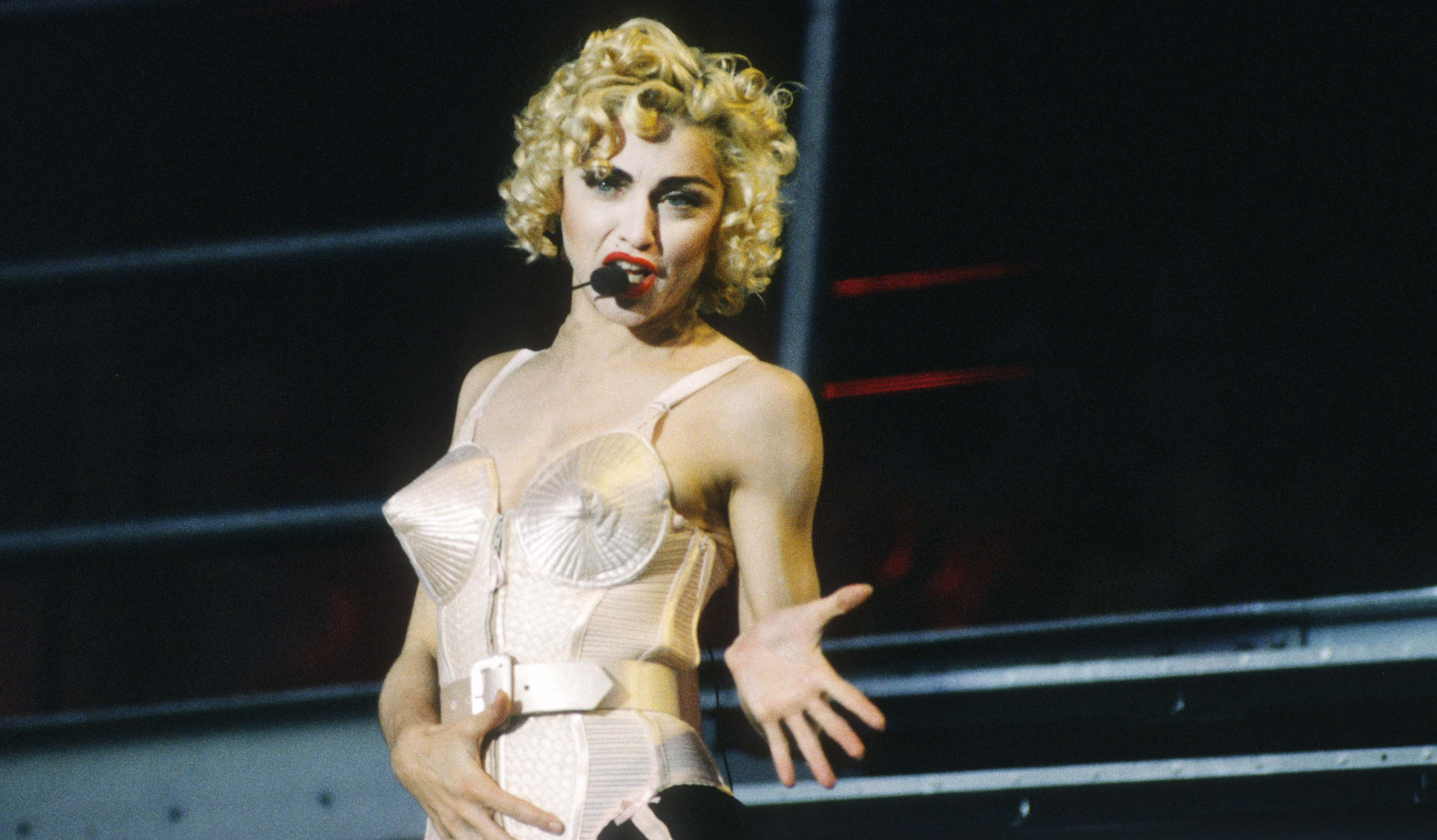 """Madonna während ihrer """"Blonde Ambition""""-Tour 1990"""