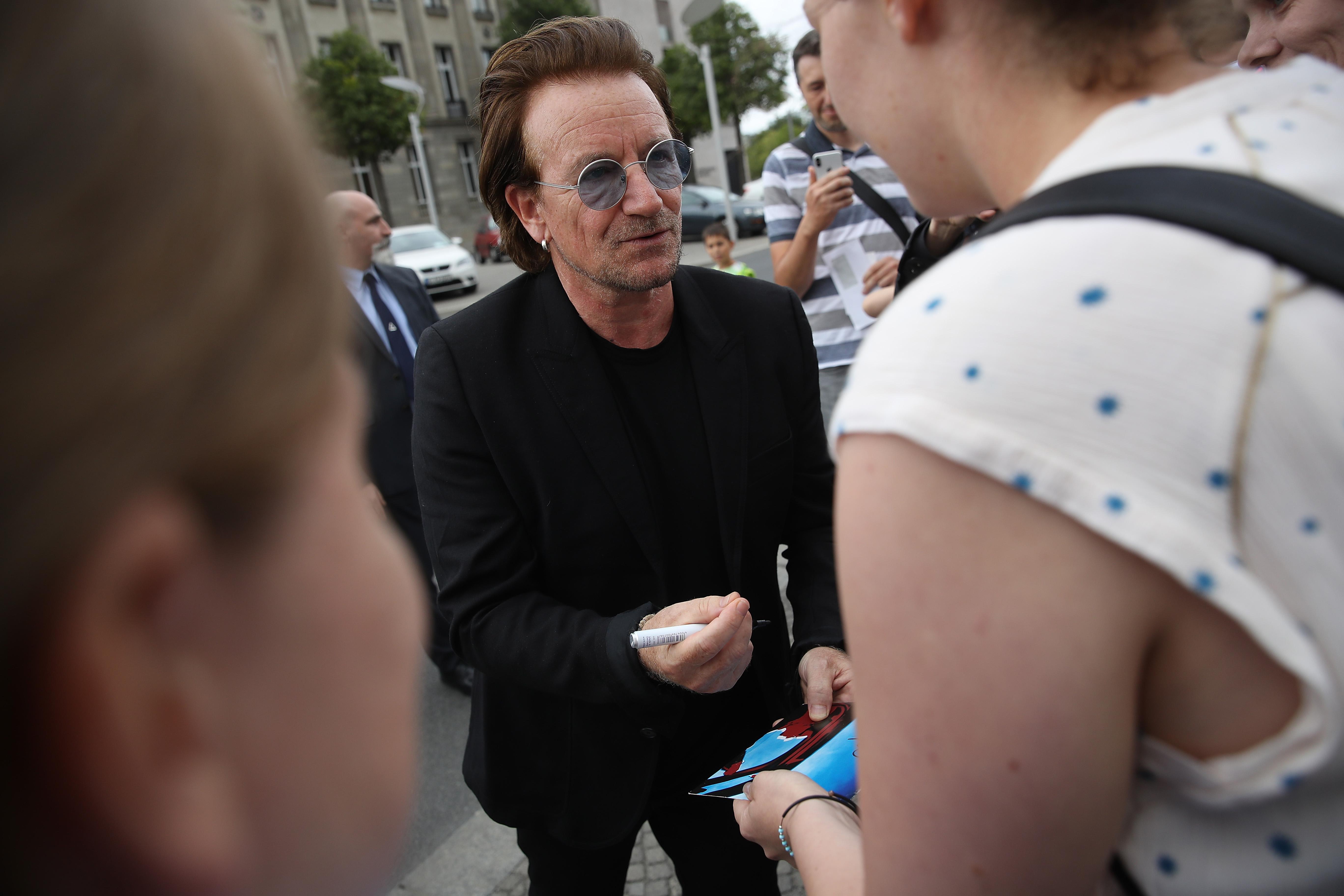 Bono gibt Autogramme vor dem Kanzleramt