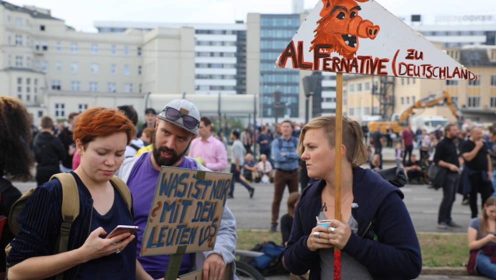 """Demonstranten beim """"Wir sind mehr!"""" in Chemnitz"""