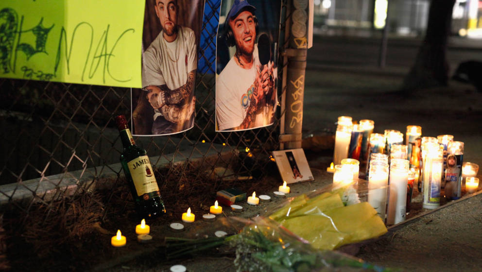 LOS ANGELES, CA - SEPTEMBER 08:  A makeshift memorial for late rapper Mac Miller appears at the corner of Fairfax and Melrose