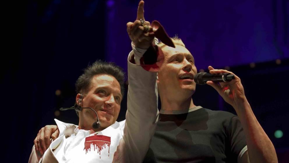 ARCHIV - Bela B. (l) und Farin Urlaub von der Punkrock-Band «Die Ärzte» singen am 19.12.2011 in Dortmund. Der Anti-Neonazi